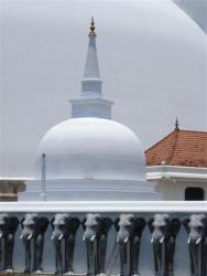 Anuradhapura - dagoba Ruvanvelisaya stuppa angle