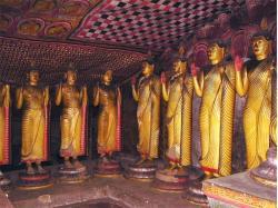 Dambulla - quelques une des 53 statues de Bouddha