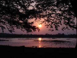 Coucher de soleil sur le lac de l`hotel Chaana